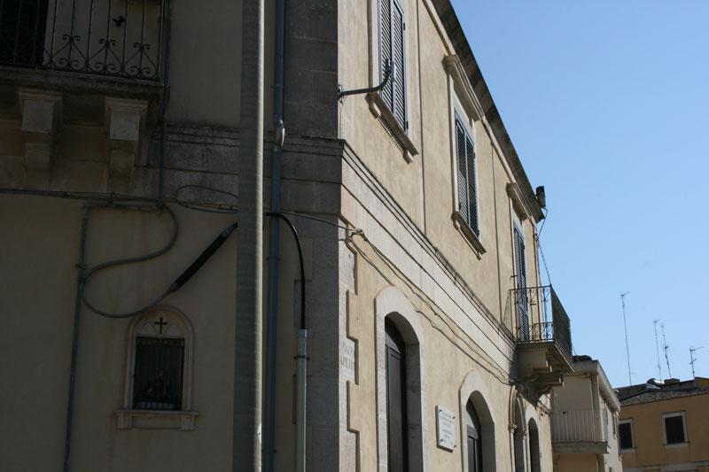 Heute ist der kleine Kirchplatz vor der ehemaligen Erstaufnahme für Jugendliche im Herzen Pozzallos leer.