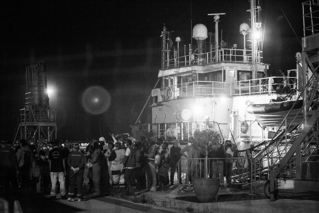 Ankunft von Geflüchteten im Hafen von Pozzallo. Gerettet wurden die Menwchen vom Schiff Dignity, das zu Ärzte ohne Grenzen gehört.