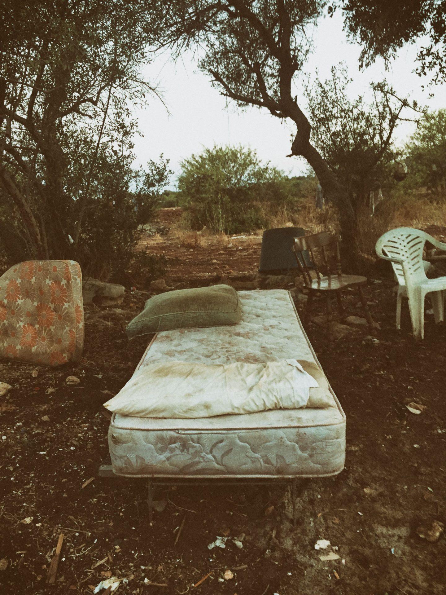 Ein Bett unter freiem Himmel zeugt von den desaströsen Lebensbedingungen